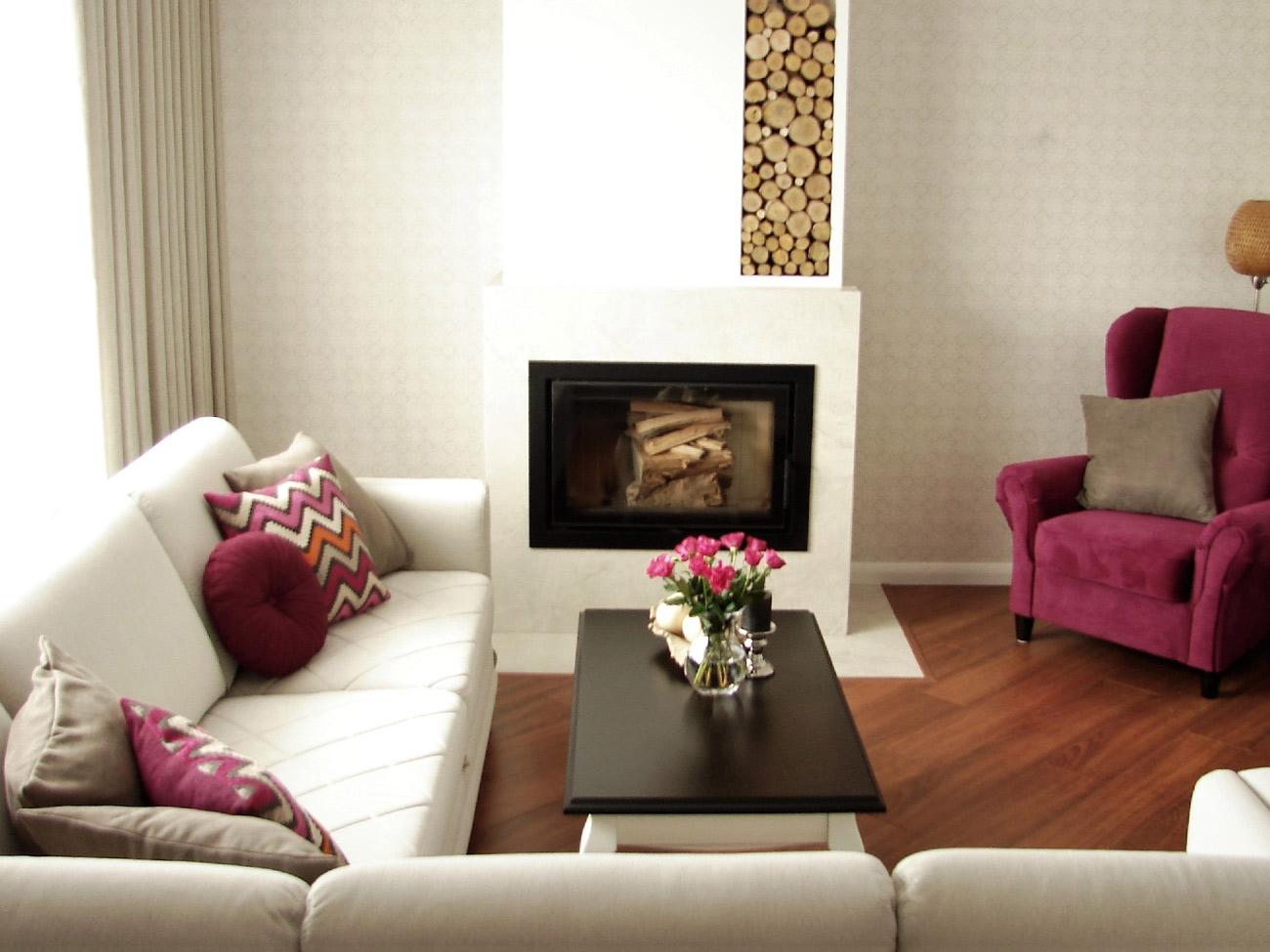 salon z sofą, fotelem, poduchami i zasłonami