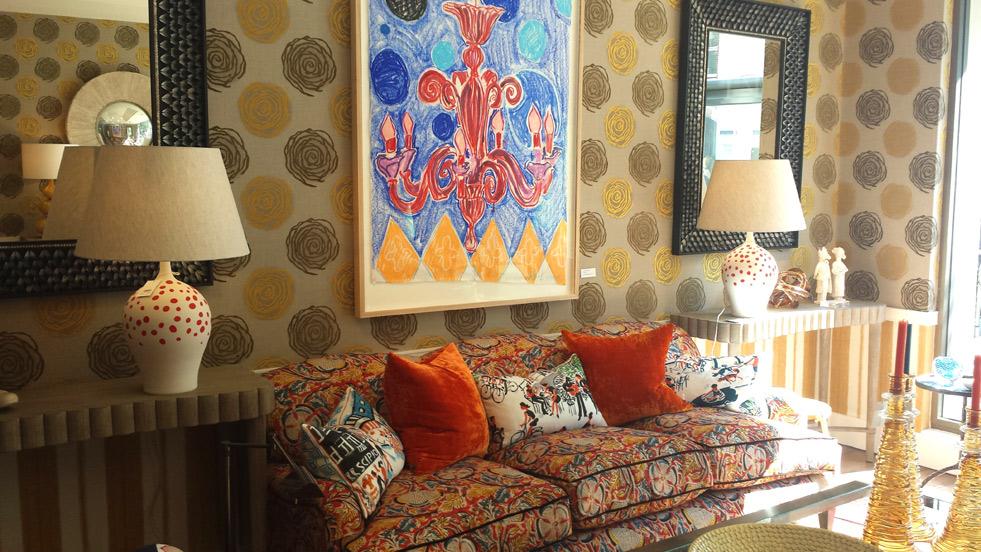 Salon z sofą i poduchami
