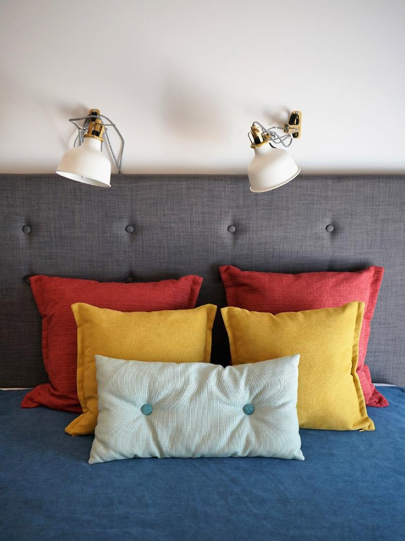 poduszki-kolorowe-lozko-akm