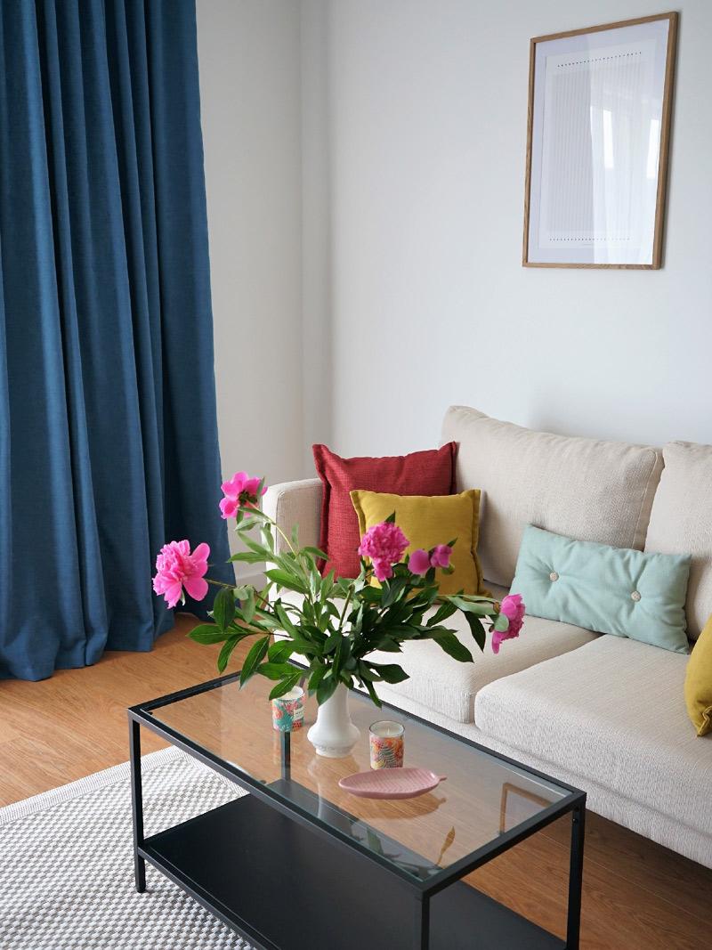 sofa-salon-poduszki-zaslony