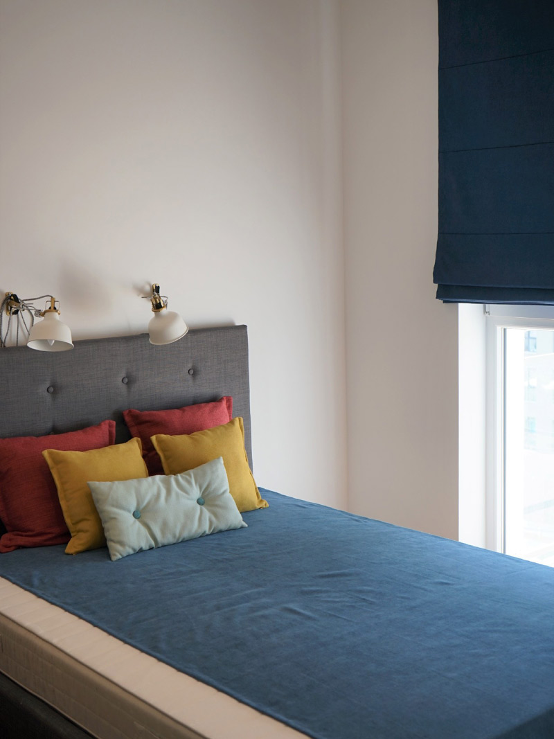 sypialnia-poduszki-roleta-a