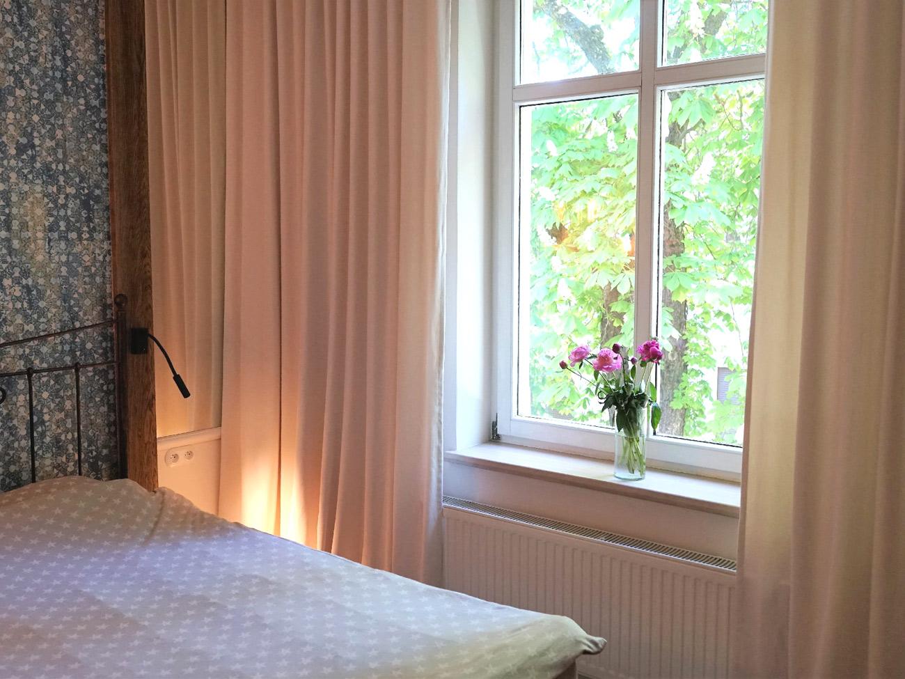 Dekoracje okien w sypialni AKMO