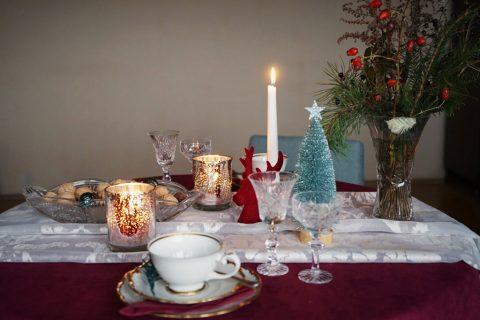 widok z boku na świąteczny stół