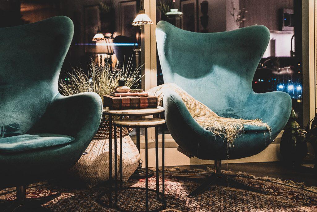 dwa turkusowe fotele egg chair