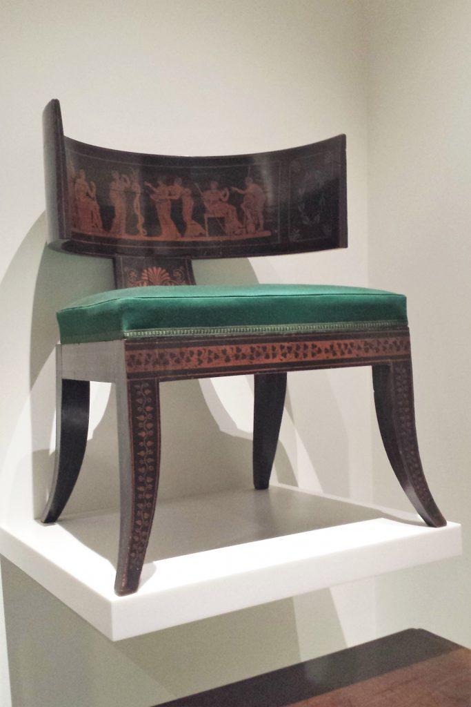 zielone krzesło klismos na
