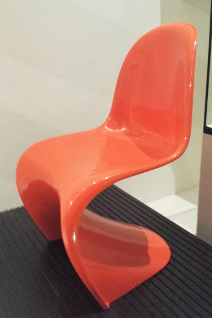 pomarańczowe krzesło pantone