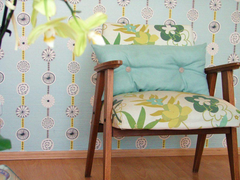 fotel w tapicerce w kwiaty