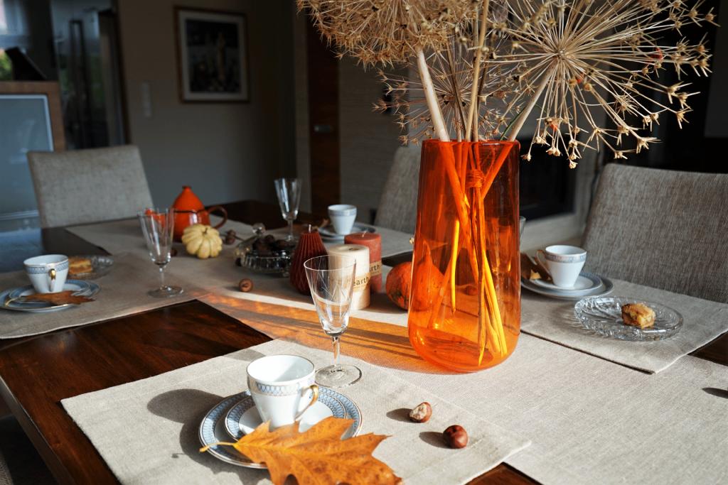 stół oświetlony słońcem