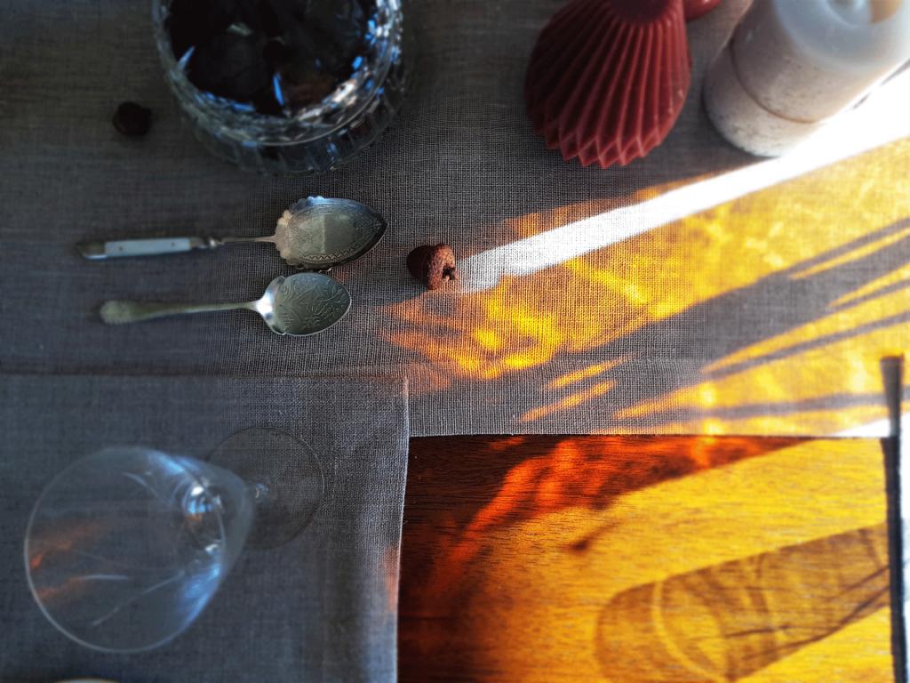 światło na stole