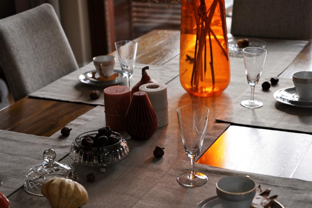 stół z pomarańczowym wazonem