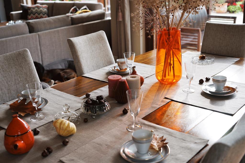 stół nakryty lnianym bieżnikiem i podkładkami