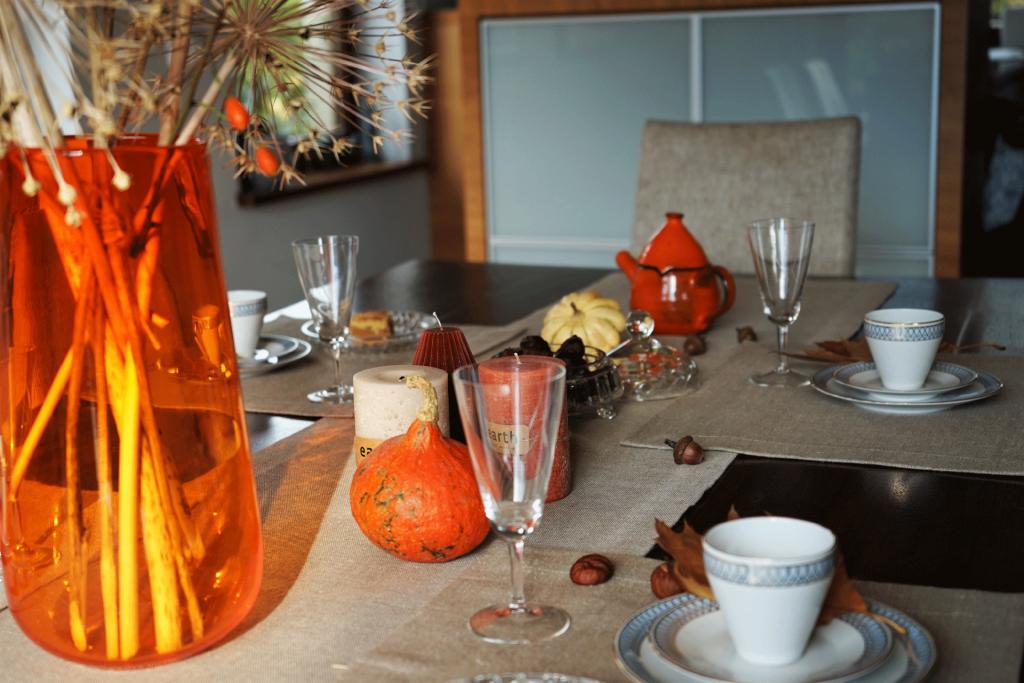 pomarańczowy wazon i dynia